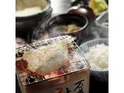 ご朝食は、干物や出汁の効いたお味噌汁、温泉玉子など、旅館の温かい和朝食をお楽しみください。