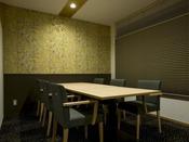 【食事処「里山里海」】(終日禁煙)半個室タイプの食事処。椅子テーブルのお席をご用意しております。
