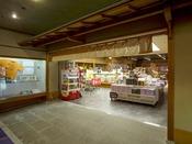 【売店「花いずみ」フロント正面】館内の売店には、能登の老舗の味から今話題の逸品までを多彩にご用意。海産物珍味や地酒、手づくりの工芸品など、選ぶ楽しさをご満喫ください。