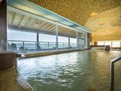 【海を望む湯を楽しむ女性大浴場】2階に配した女性大浴場。 中空から海と島山が織りなす景色を見下ろしながらの湯浴みは夢ごこちの気分です。