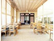 13階日本料理「隨縁亭」。モダンにアレンジされた旬の美味しさと美酒に酔いしれる新しいスタイルの和食をお楽しみ下さいませ。また落ち着いた雰囲気のある個室も併せてご利用下さいませ。