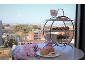 アフタヌーンティー4月限定の桜ハイティーセットでございます季節をお楽しみくださいませ。