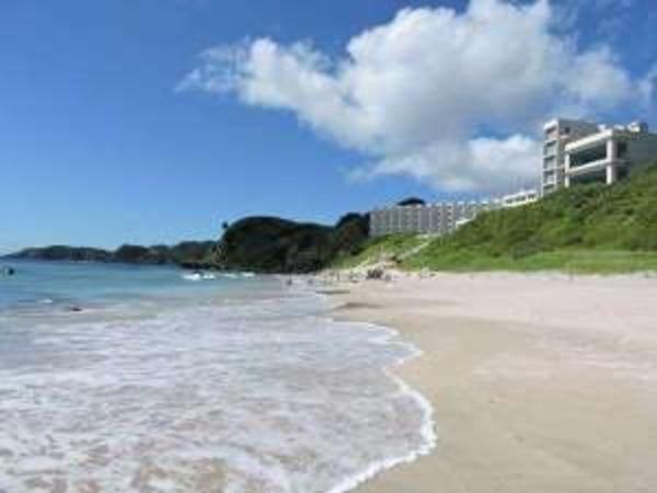 ビーチよりホテル外観を望む