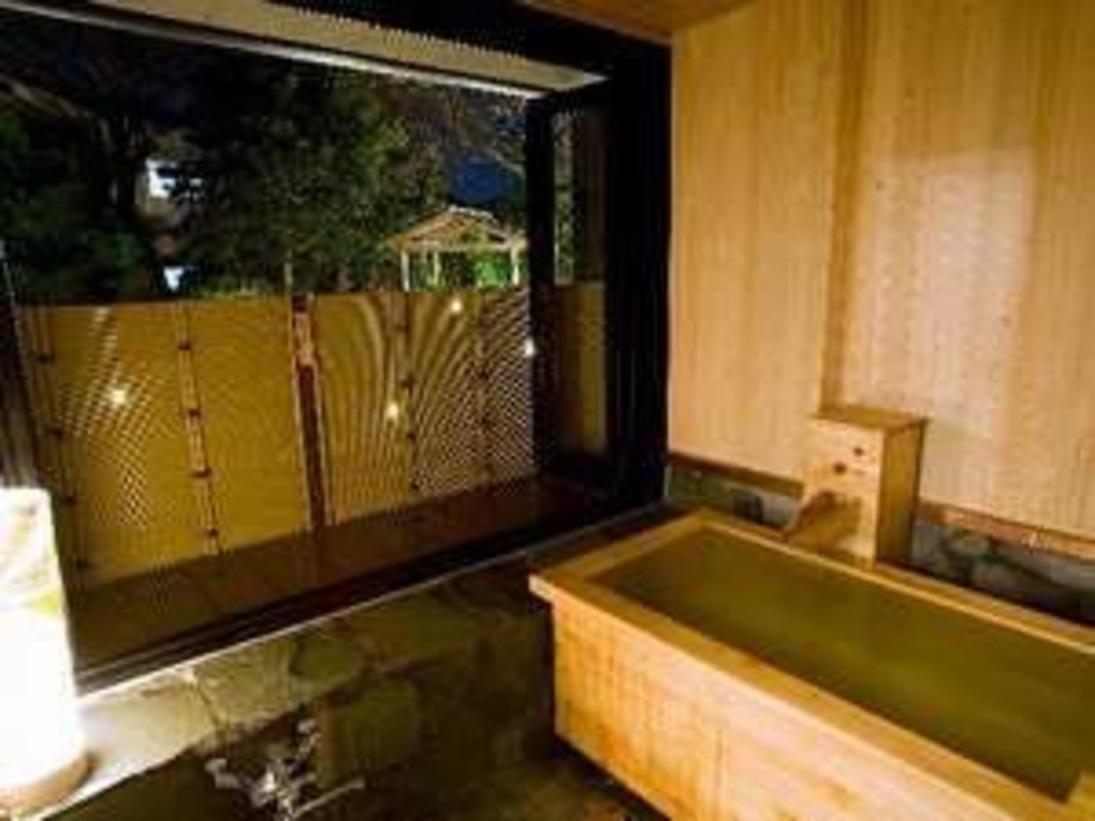 【客室露天風呂】檜の半露天。とろっとした湯触りの温泉を掛け流しで楽しむ。良泉をふたり占め!