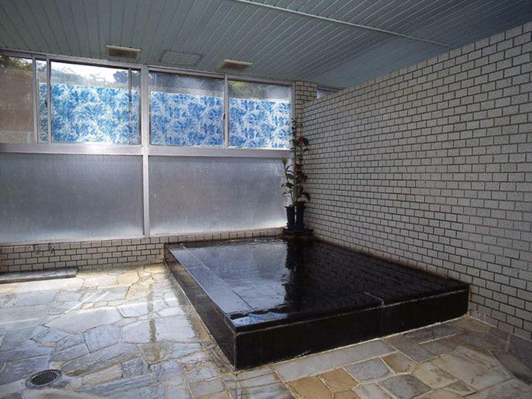 天然温泉の大浴場は大理石ばり、くつろげる。