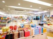 宮古島のお菓子、特産品をはじめ、リゾートに欠かせないウェアなど品揃えが豊富。【ショップ プルメリア】<営業時間> 7:30~22:00