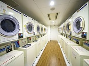【コインランドリー】洗濯機1回200円(洗剤無料)、乾燥機1回100円。24時間対応。地下1階にございます。