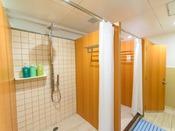 【シャワールーム】チェックアウト後もプールやビーチで遊んだ後、ご利用いただけます。地下1階。