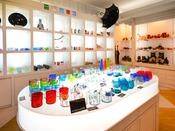 旅の思い出やお土産に人気の琉球グラスも品揃えが豊富。【ショップ プルメリア】<営業時間> 7:30~22:00