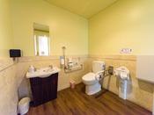 【多目的トイレ】ベビーシートやベビーチェアもあり、小さなお子様連れのお客様も安心。広々としているので、車椅子のお客様でもゆったりご利用いただけます。ショップ「プルメリア」の隣にございます。(1階)