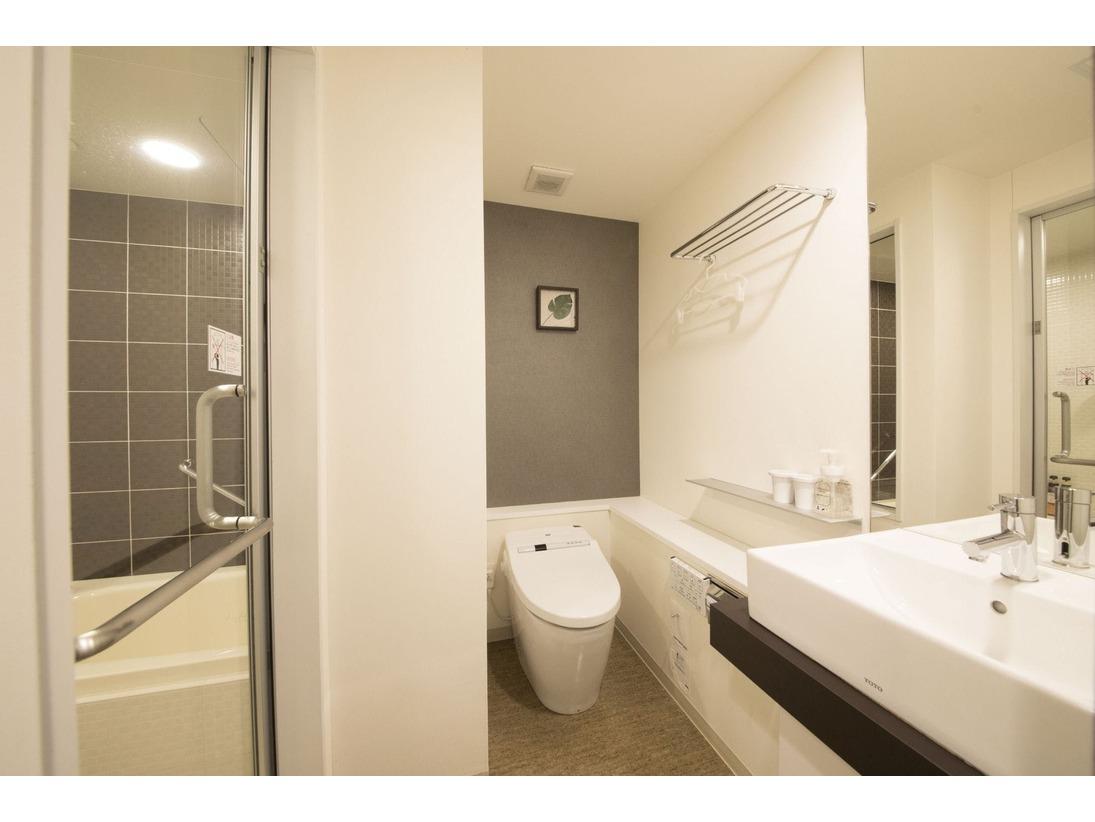 デラックスダブル、スタンダードツイン、スーペリアツイン、そしてレディースツインのお部屋タイプはバスとトイレがガラス戸によって仕切られているセパレートタイプの浴室です。シャワーブースには気持ちのいいレインシャワーが設置されております。