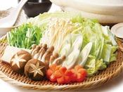 **冬のごちそうお鍋。国産鶏肉と地元野菜の優しい味をお楽しみください