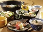【朝食】1日の始まりはしっかりと!焼き魚メインの定食と温かいお味噌汁。