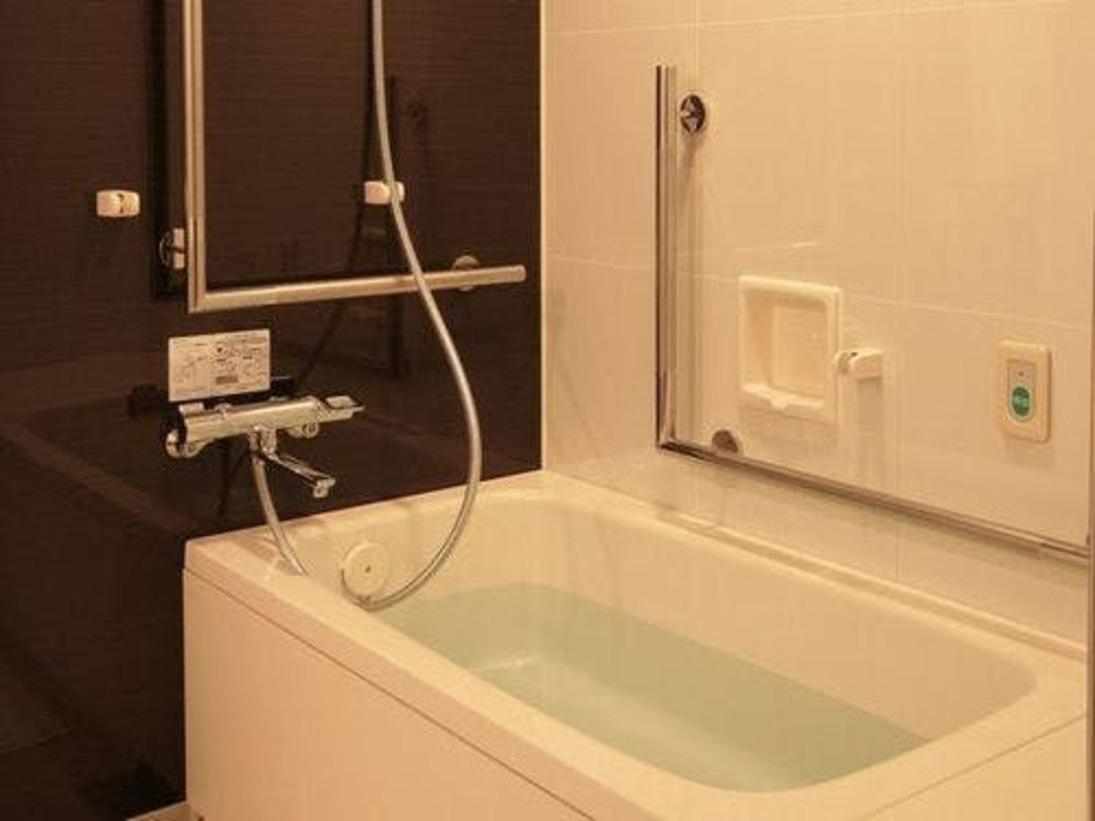 <2ベッド・アクセンシブル バスルーム>バリアフリー仕様のお部屋のバスタブです。バスルーム・手洗い場に手すりが多く、安心してお使い頂けます。