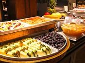 【夕食イメージ】地元の食材を使用したバラエティ豊かなブッフェスタイル。連泊のお客様にもご満足していただけるよう、メニューは日替わりでご用意しております。■NiraiKanai(ニライカナイ) 17:30~22:00(ラストオーダー21:00)