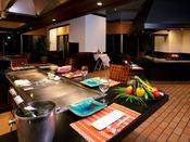 ■鉄板焼(和風ダイニング「やえびし」内)シェフが鮮やかな手さばきで調理する高級感漂う鉄板焼き。<営業時間> 17:30~22:00(ラストオーダー21:00)