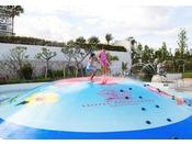 <バブルヒル(屋外プール)>転んでも痛くない柔らか素材のドーム型すべり台「バブルヒル」。サイドから噴射される散水の中で、飛んだり滑ったり、小さなお子様から楽しめるプールです。※小学生以下または身長130cm以下のお子様は、保護者の同伴が必要です。