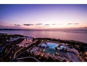 <屋外プール>夜は美しくライトアップされ、ロマンティックな雰囲気