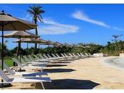 <屋外プール>沖縄屈指の設備&規模を誇るホテル自慢の屋外プールエリア。波のプールやスライダープールなど、小さなお子様から楽しめる大小4つのプールが揃います。※4月~10月営業/9:00~18:00