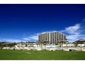沖縄有数の天然ビーチ「タイガービーチ」に面して建つオンザビーチホテル。全室オーシャンビュー&バルコニー付で、リゾートムード溢れる休日がお楽しみいただけます。