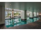 <屋内プール>総合リフレッシュ空間「ブルーリーフ」内にある屋内プールは、ちょっと遅めの21時までお楽しみいただけます。※ブルーリーフのご利用は、お申込みのプランによって有料の場合が御座います。