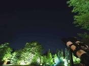 """""""星の案内人""""と見上げる星空観賞その季節ごとに異なる表情を魅せる星空を、ホテルのガーデンから見上げませんか。星空準案内人の資格を持つホテルスタッフが、その季節の星や星座をご紹介いたします。開催期間:毎週金・土・日曜日"""