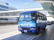ホテル空港間無料送迎バス(青色が目印!)