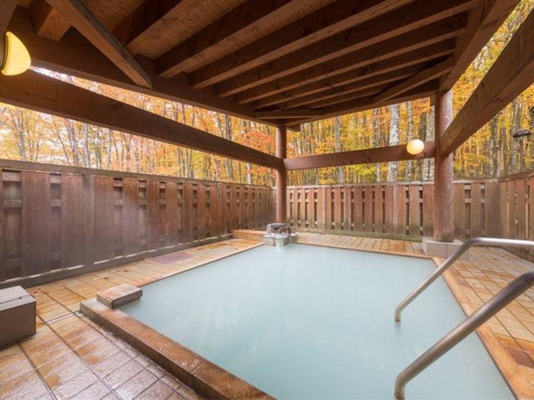 陽の光がさして黄金色に輝く紅葉の露天風呂※現在、屋根は撤去されています。