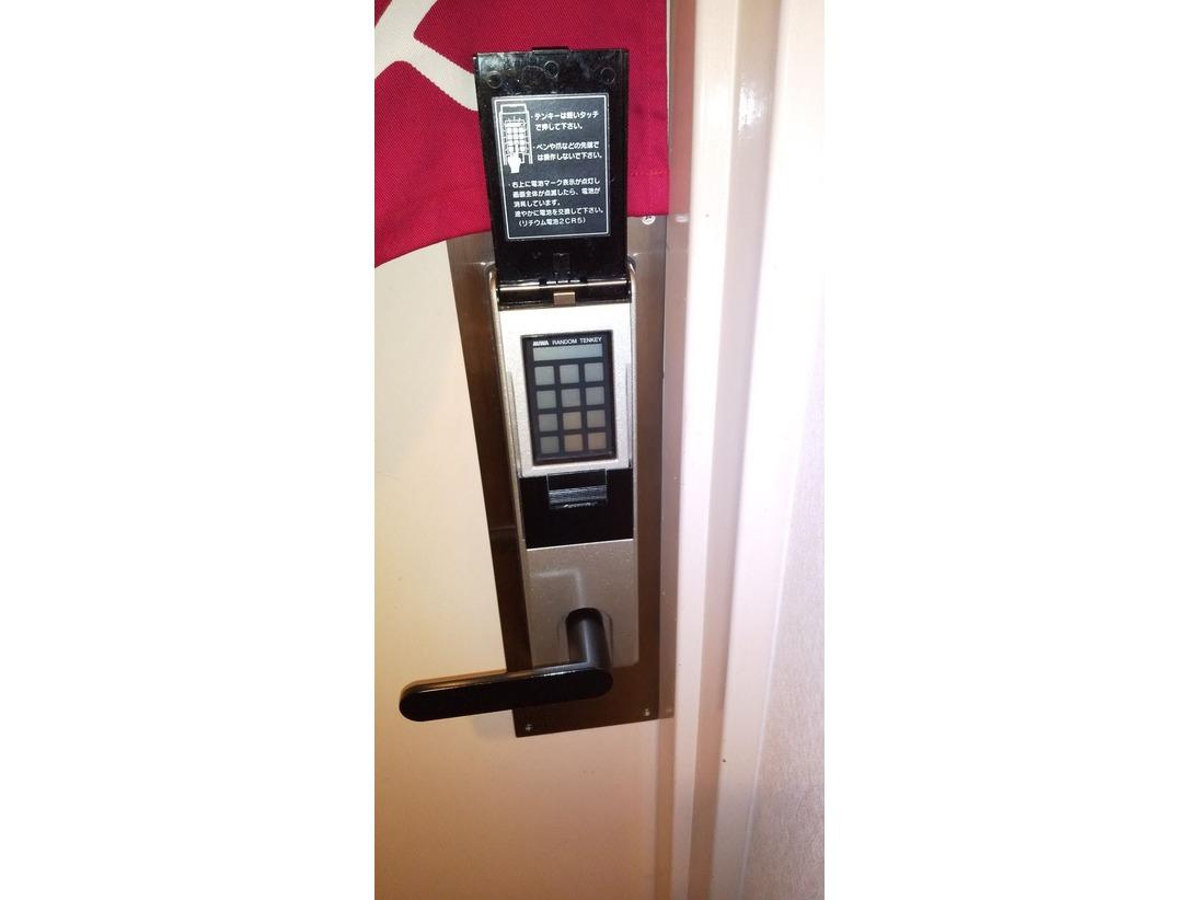 女性大浴場の入り口はキーパッドで施錠されておりますので安心してご利用頂けます。暗証番号はフロントにてお渡しをしております。