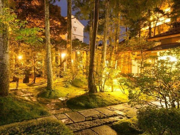 夜にライトアップされる中庭。