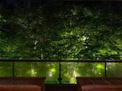 客室フロア7階にある、月見台ラウンジからもライトアップをお愉しみ頂けます。まったりしたい時に。