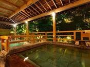 四万川の湯から望める、ライトアップは夜のご入浴の新たな愉しみに。ご宿泊の方のみ味わえる景色です♪