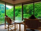 ~源泉掛け流し半露天風呂付き客室~ 写真は一例になり、角部屋でないお部屋もございます。