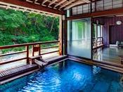 ~新緑の渓流露天 四万川の湯~ 内風呂から露天風呂の一体感と四万川の流れを愉しめます。