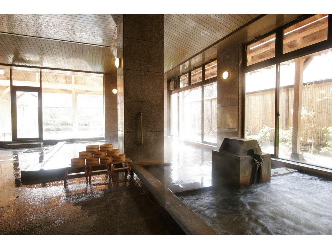 当館の泉質は、遠刈田温泉の中で唯一の泉質「ナトリウム-炭酸水素塩泉」。自家源泉を加水・加温なしで惜しげもなく使用しております。ほんのりと琥珀色のやわらかいお湯は、美肌やダイエットに効果があるとされています。