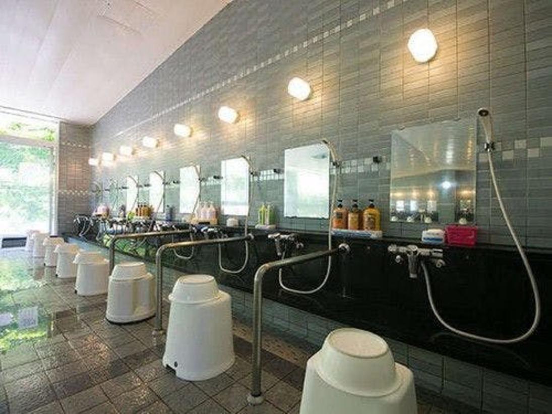 【玄海さつき温泉・内風呂】手すり付きの洗い場もございます。