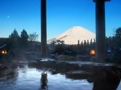 雪をかぶった雪見富士露天風呂