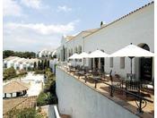 【カフェテラス】スイーツから軽食までお楽しみいただける明るく開放的なカフェスペース。