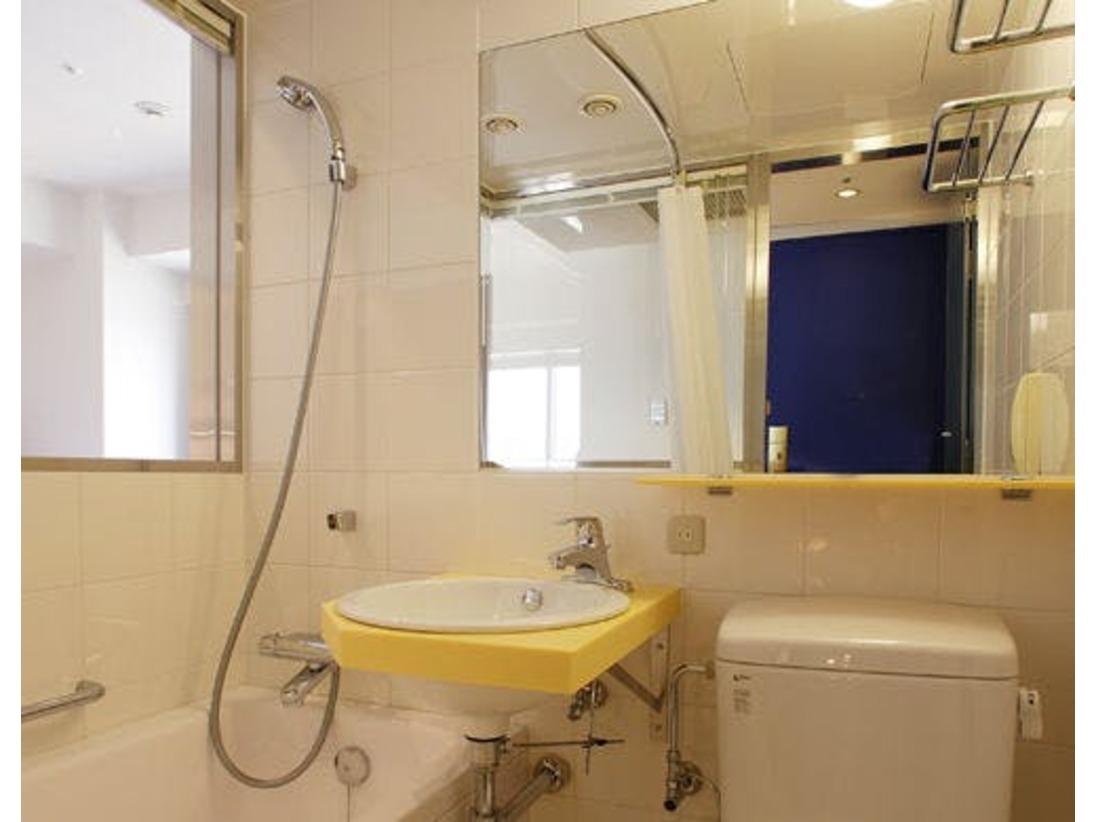 バスルームとベッドルームの間の壁に大きく窓をとったユニットバスになります。外からの光が入るので明るく、通常の壁で仕切られるよりも部屋を広く感じられます。