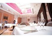 2F レストラン「エスカーレ」天井の開放的なトップライトが印象的なレストラン。こだわり野菜とヘルシー野菜のソースが体にやさしい癒しのフレンチ。ご昼食/11:30~14:00(ラストオーダー)ご夕食/17:00~20:00(ラストオーダー)定休日:土曜日・日曜日・祝祭