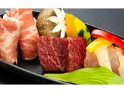 秋田を代表する地場産肉「秋田錦牛・比内地鶏・虹の豚」を陶板焼きで食べ比べ。