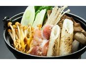 日本三大地鶏の比内地鶏で出汁を取る秋田の郷土料理「きりたんぽ鍋」は、秋田の旨いが凝縮したひと品!