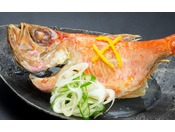 秋から冬にかけてが旬の金目鯛を煮つけや塩焼きで!