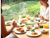 【朝食】宮城県白石市の竹鶏ファームで丁寧に作られた「竹鶏たまご」を使用したエッグベネディクトはベーコンまたはスモークサーモントラウトを添えて。人気のオムレツは、プレーンのほかにチーズやアボカドなど6種類の具をお好みでお選びいただけるミックスも。