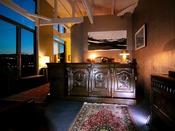 ■フロント■ 重厚な家具と降り注ぐ光が印象的。ショップもあり、皆様ご自由にご利用出来ます。