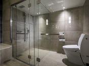 1401号室スイートのシャワーブースでございます。ガラス張りでスタイリッシュな造りでございます。