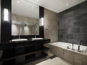 2名様同時でも広々ご利用いただける造りは、スイートのバスルームならではでございます。