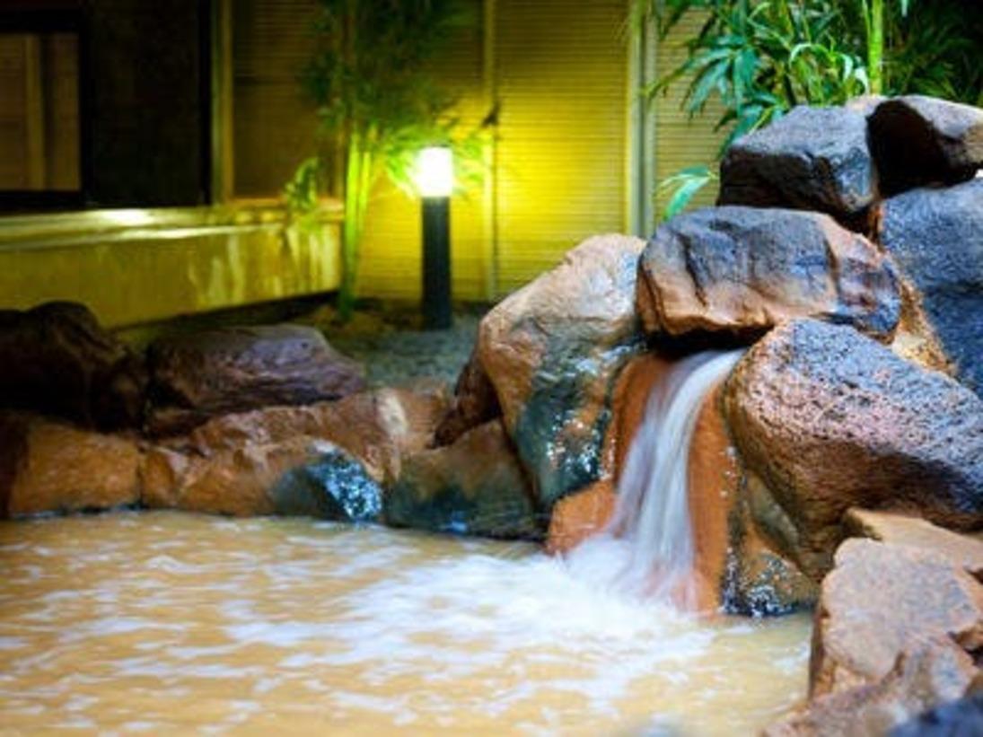 露天風呂「つづみの湯」赤褐色の金泉を露天風呂にてお楽しみいただけます。