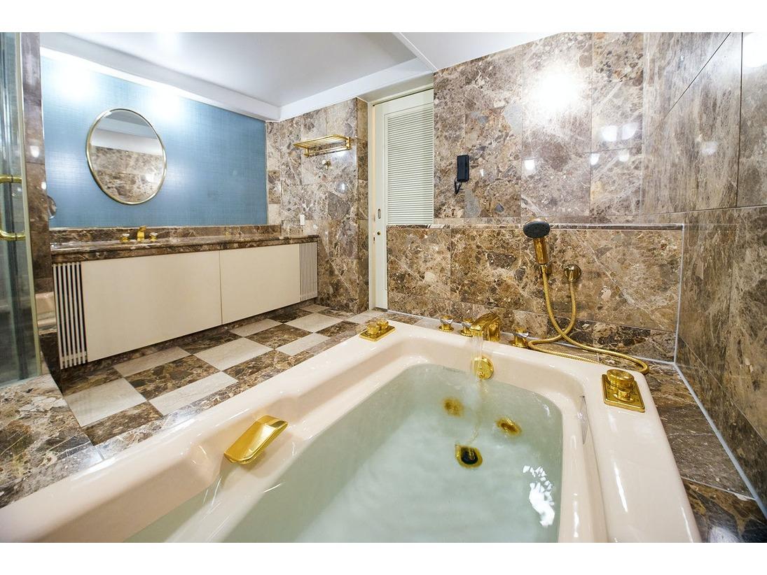 洋室バスルームの一例です。シャワーブース付です。