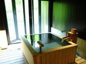 ■源泉掛け流し半露天風呂付き客室■洗面スペースから内湯、露天風呂へ。